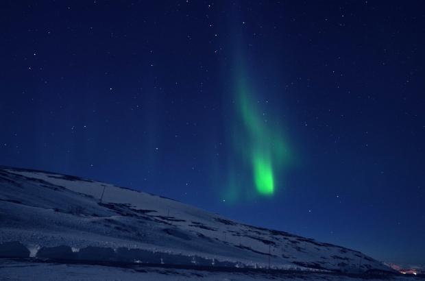 極光如天空中下墜的綠色寶石般劃破天際