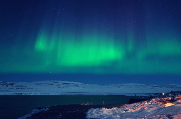 極光像是在夜空中舞動的布簾, 不停舞動