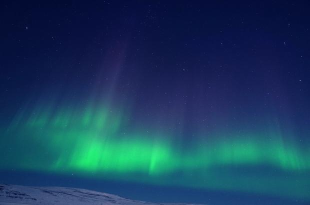 極光像是在夜空中舞動的布簾