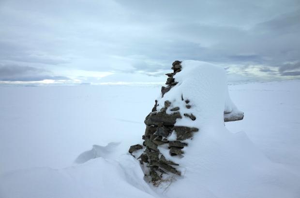 雪地中的石頭堆是我唯一的指引