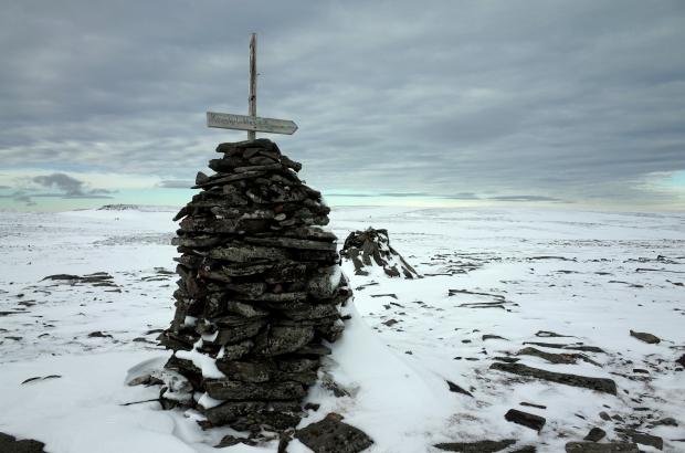 冬天Knivskjellodden 健行步道中唯一的有字路標