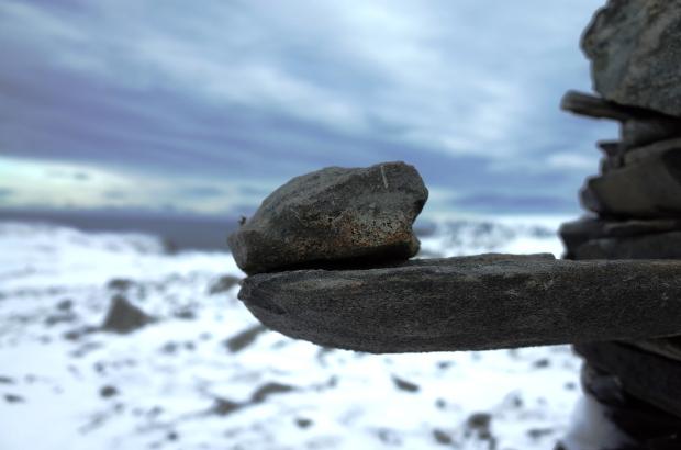 冬天Knivskjellodden 健行步道的指路石堆