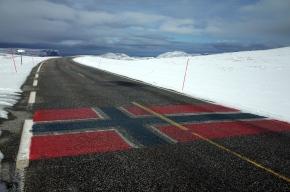 北角和Honningsvåg間公路上的挪威國旗