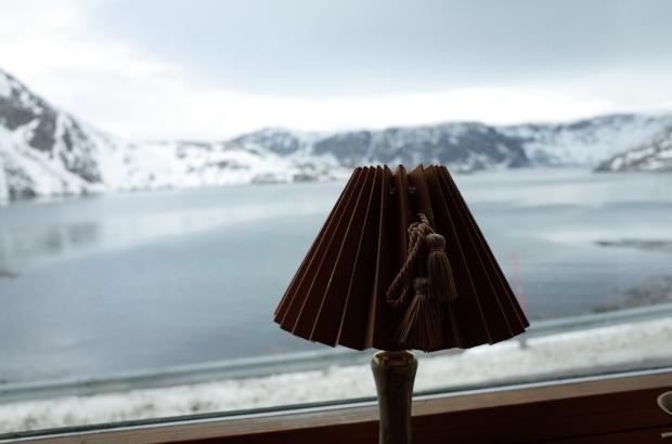 Kamøyvær平凡的木屋的美麗窗景