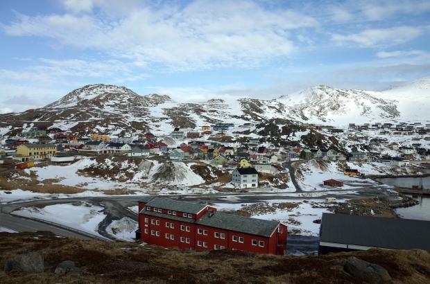登高看Honningsvåg五顏六色的可愛房子